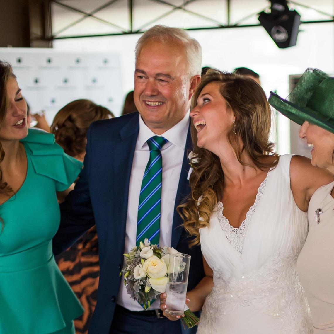 boda-espanola-sueca-ella-se-viste-de-blanco (15)
