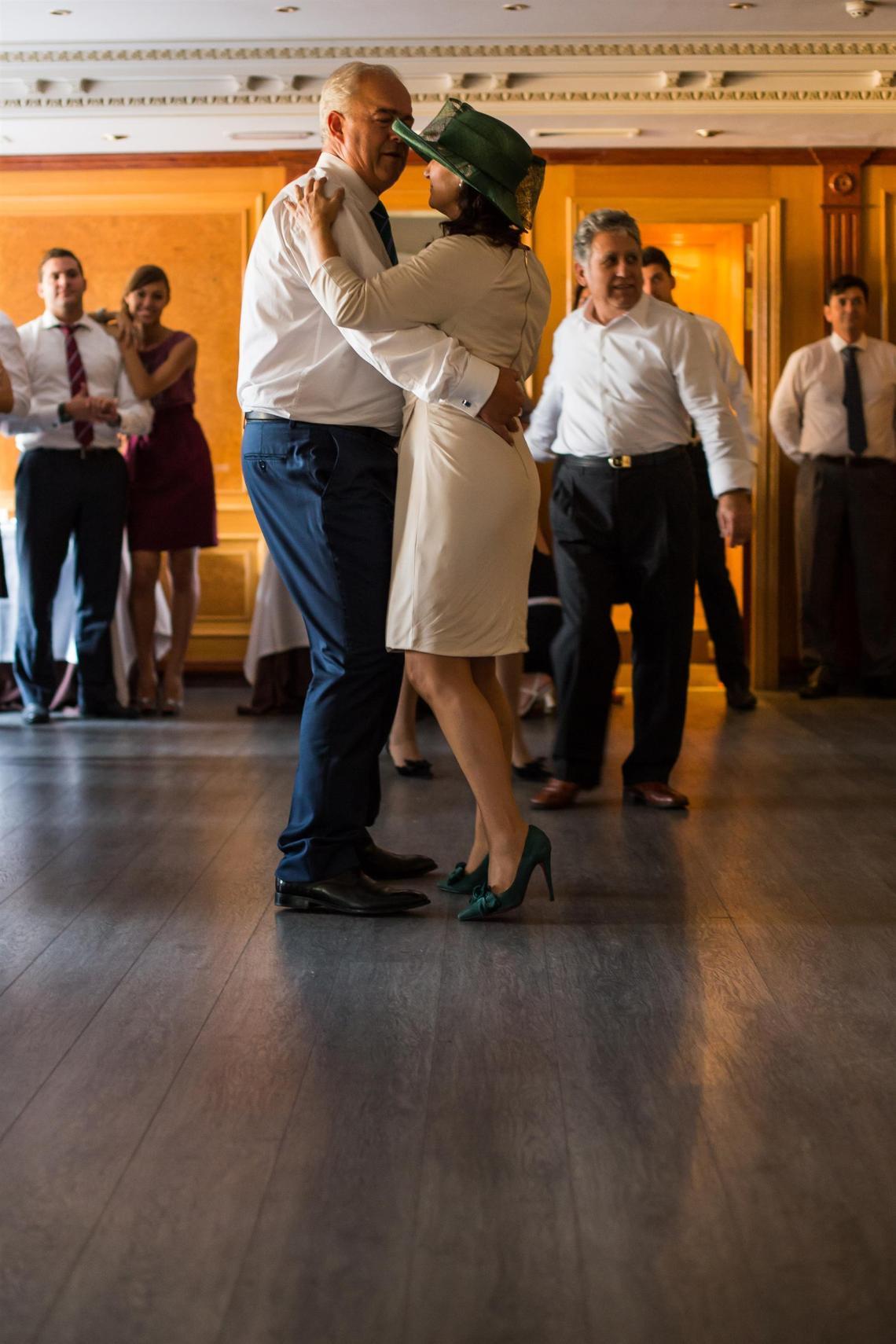 boda-espanola-sueca-ella-se-viste-de-blanco (38)